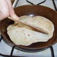 Nafukování chapati v pánvi